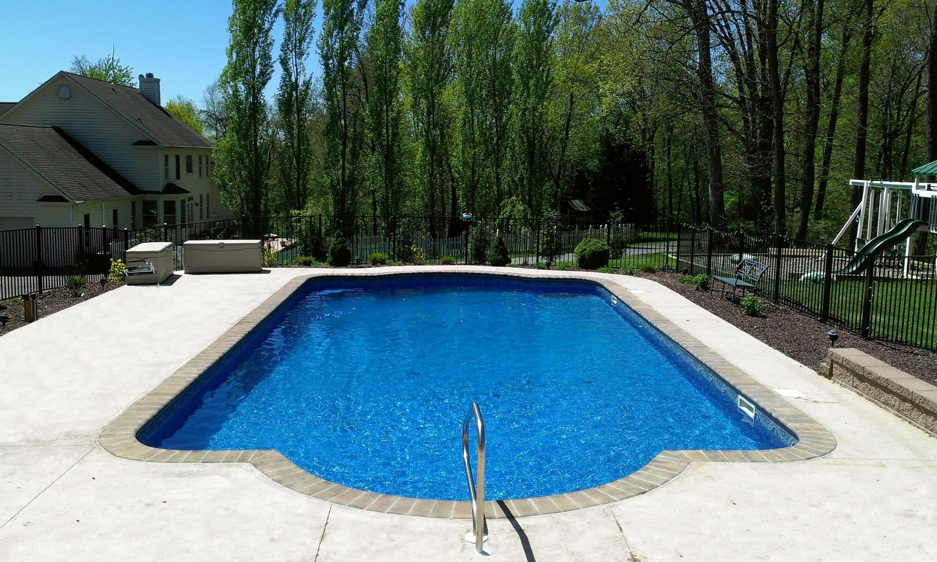 Roman-shaped pool with rounded corners